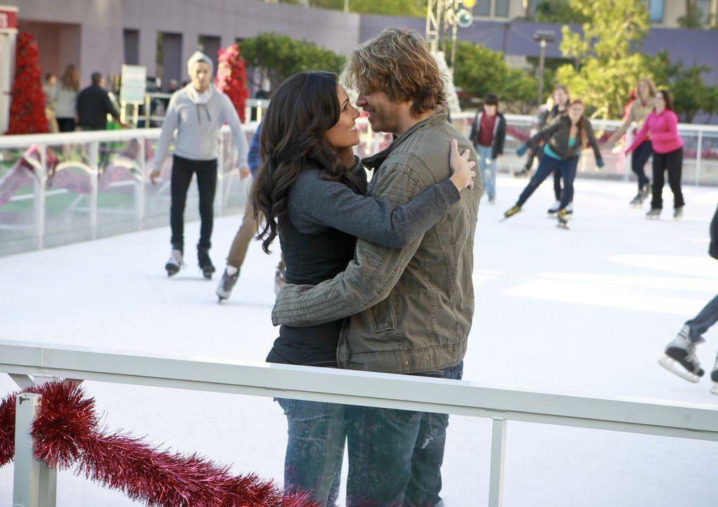 Die Weihnachtstage stehen bevor und Deeks (Eric Christian Olsen, r.) und Kensi (Daniela Ruah, l.) gestehen sich endlich ihre Liebe ... - Bildquelle: CBS Studios Inc. All Rights Reserved.