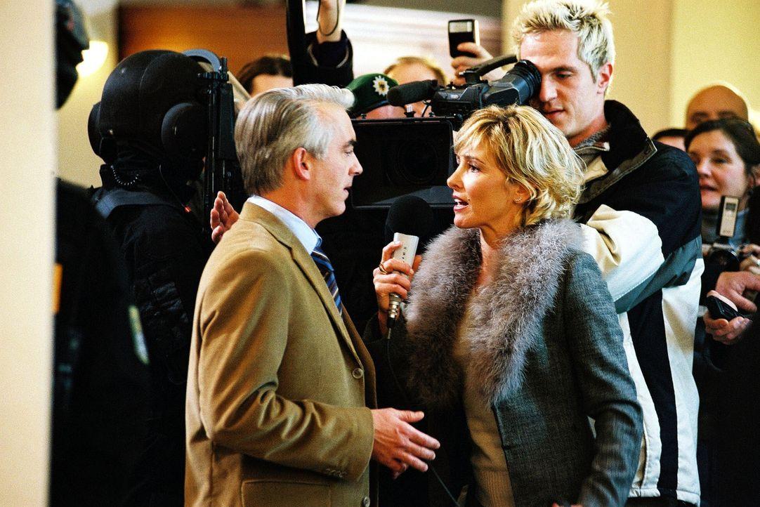Felix (Christoph M. Ohrt, l.) wird von der Reporterin (Gundis Zambo, r.) zu den Vorfällen interviewt. - Bildquelle: Hardy Spitz Sat.1