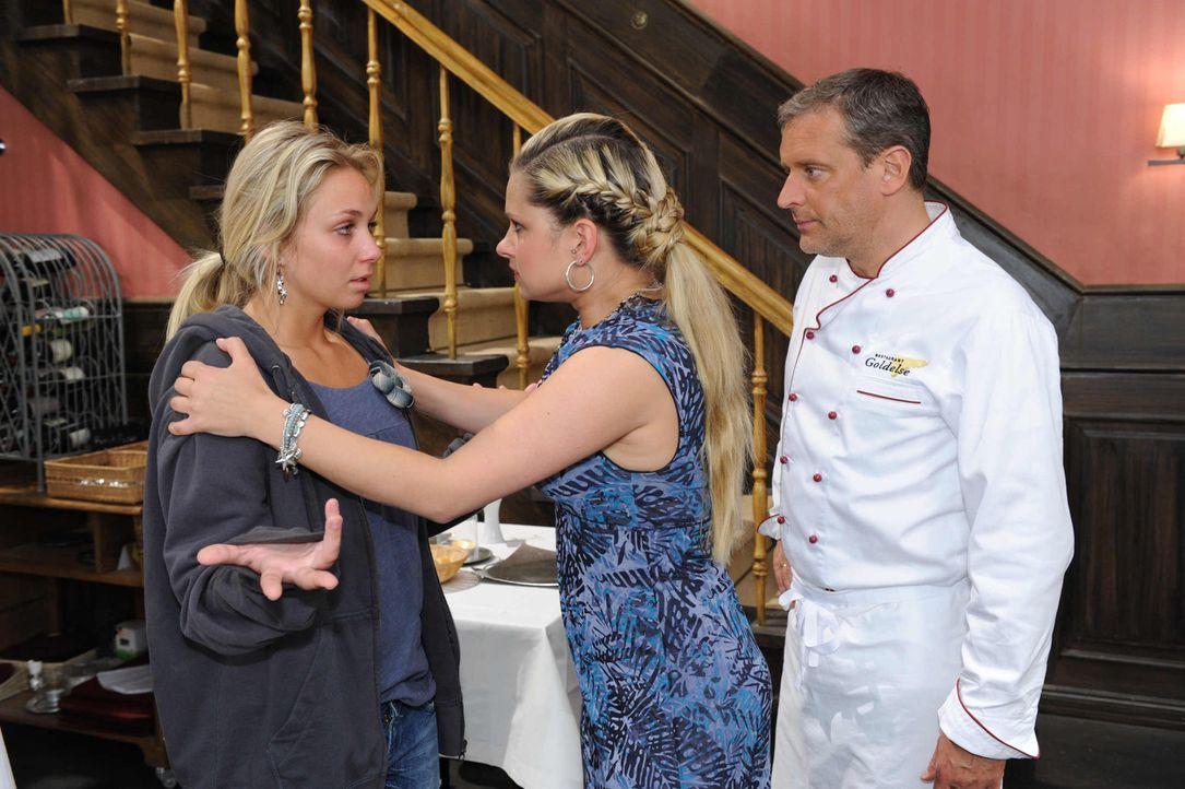 Mia (Josephine Schmidt, M.) ahnt, dass Jojo etwas Schlimmes widerfahren ist. Sie bittet Lily (Jil Funke, l.) und Ingo (Wolfgang Wagner, r.) um Hilfe. - Bildquelle: SAT.1