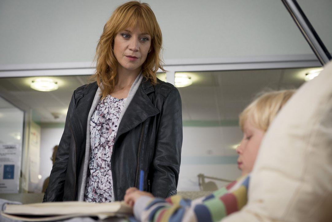 Während die eigenwillige und toughe Kriminalkommissarin Elena Lange (Annika Ernst, l.) darauf wartet, dass ihrem achtjährigen Sohn Leon (Jonatan Jak... - Bildquelle: Martin Rottenkolber SAT.1