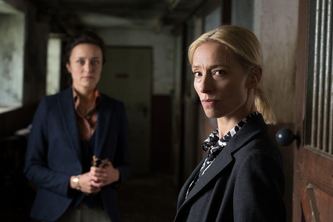 Emily Gerber (Tinka Fürst, l.); Julia Durant (Sandra Borgmann, r.) - Bildquelle: Christian Lüdeke SAT.1 / Christian Lüdeke