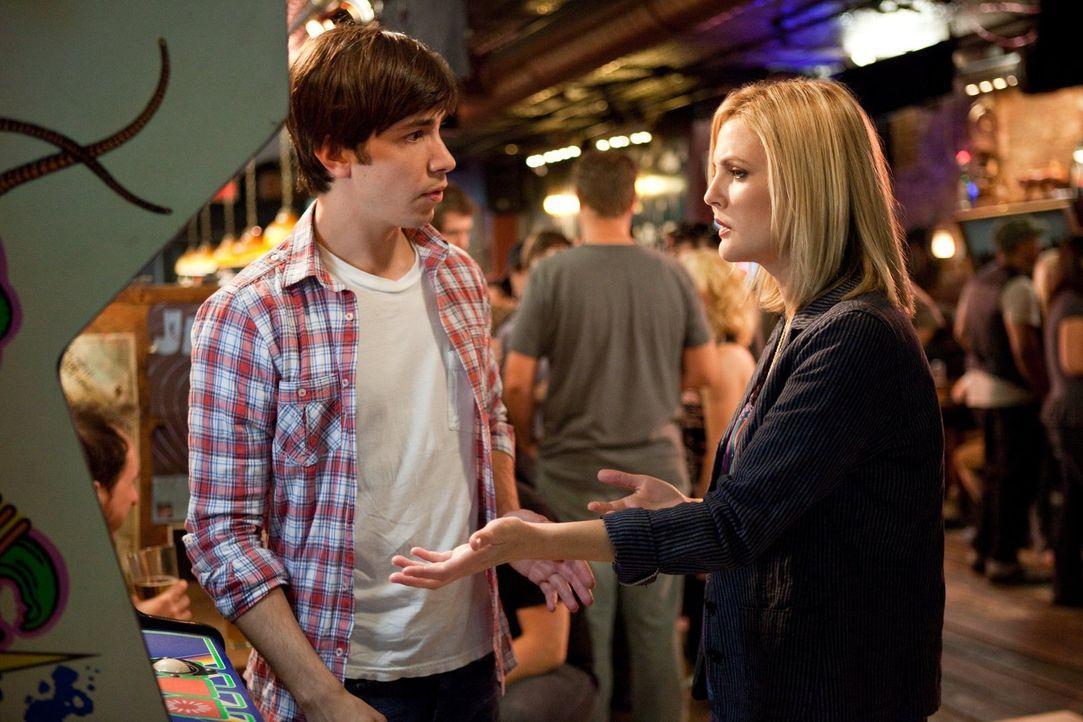 Ihre Beziehung steht unter keinem guten Stern: Garrett (Justin Long, l.) und Erin (Drew Barrymore, r.) versuchen, ihre Liebe auch auf Distanz frisch... - Bildquelle: 2010 Warner Bros.