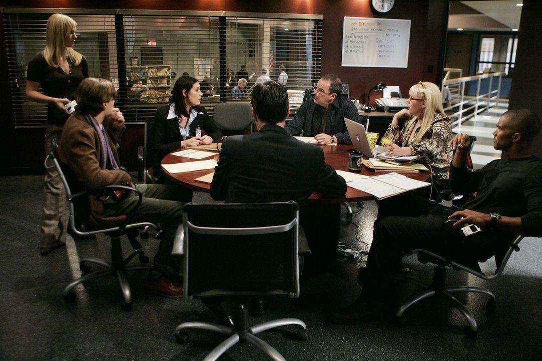 Arbeiten an einem neuen Fall: (v.l.n.r.) JJ (AJ Cook), Reid (Matthew Gray Gubler), Emily Prentiss (Paget Brewster), Hotch (Thomas Gibson), Gideon (M... - Bildquelle: Touchstone Television