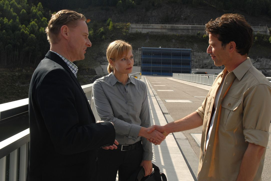 Martina (Susanna Simon, M.) begenet Dirk (Johannes Brandrup, r.) als Leiter des kraftwerkseignen Stausees wieder und wird von Zander (Hubertus Hartm... - Bildquelle: Sat.1