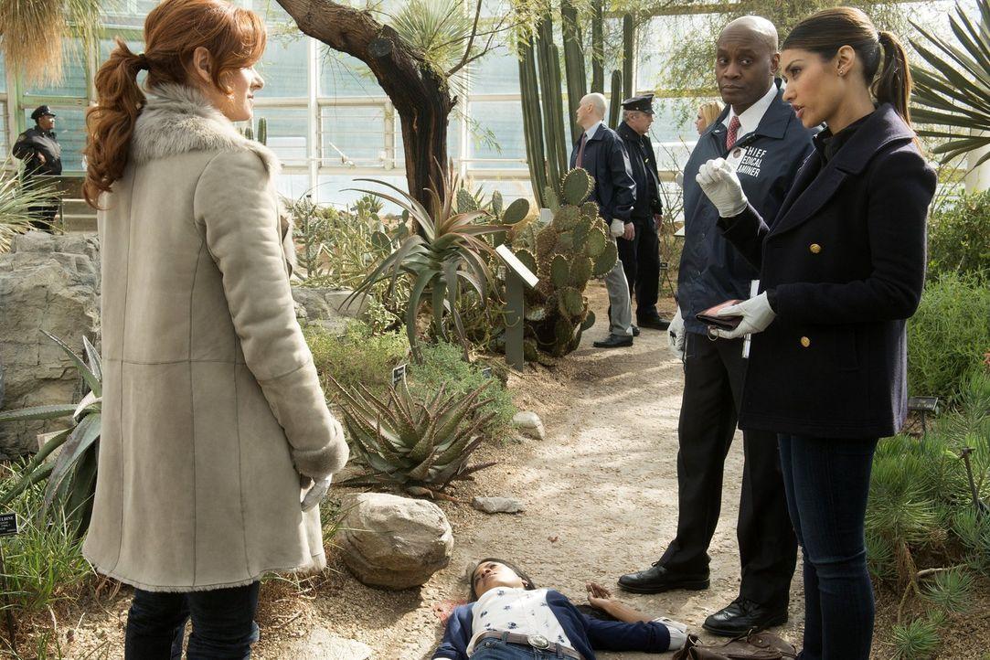 Als eine junge Frau tot aufgefunden wurde, müssen Laura (Debra Messing, l.), Meredith (Janina Gavankar, r.) und Reynaldo (Marc Webster, 2.v.r.) den... - Bildquelle: Warner Bros. Entertainment, Inc.