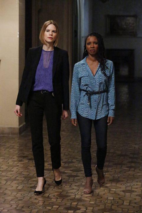 Pam Taylor (Shanola Hampton, r.) wendet sich an Janice (Mariana Klaveno, l.), weil sie der Überzeugung ist, von ihrem Ex-Mann Darren verfolgt zu wer... - Bildquelle: Warner Bros. Entertainment, Inc.