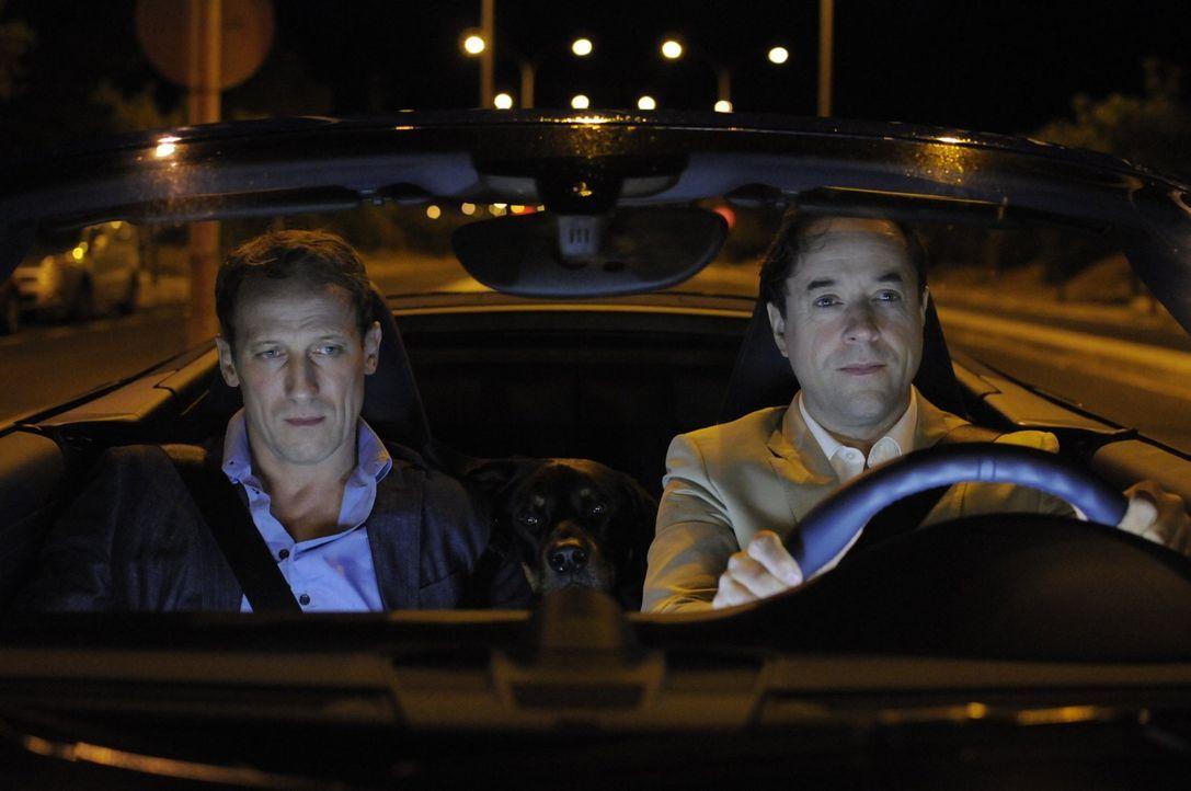 Kann Guido (Jan Josef Liefers, r.) seinem Freund Paul (Wotan Wilke Möhring, l.) dabei helfen, die skeptischen Eltern seiner Freundin Lena von sich z... - Bildquelle: 2017 Warner Brothers