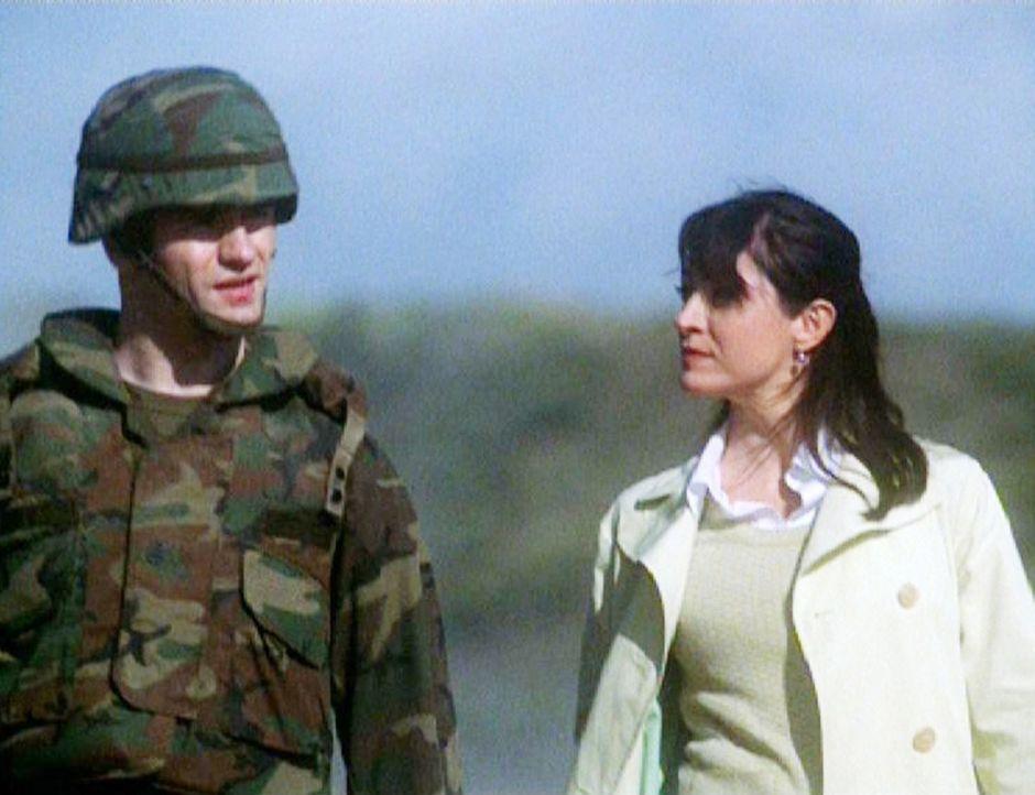 Special Agent Caitlin Todd (Sasha Alexander, r.) befragt Staff Sgt. Rafael (Sam Witwer, l.) zu den illegalen Waffendeals ... - Bildquelle: CBS Television