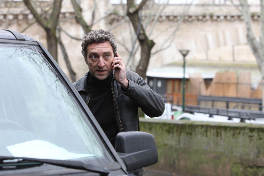 Legt Skela (Benjamin Baroche) den Ermittlern absichtlich Steine in den Weg? - Bildquelle: Xavier Cantat 2011 BEAUBOURG AUDIOVISUEL