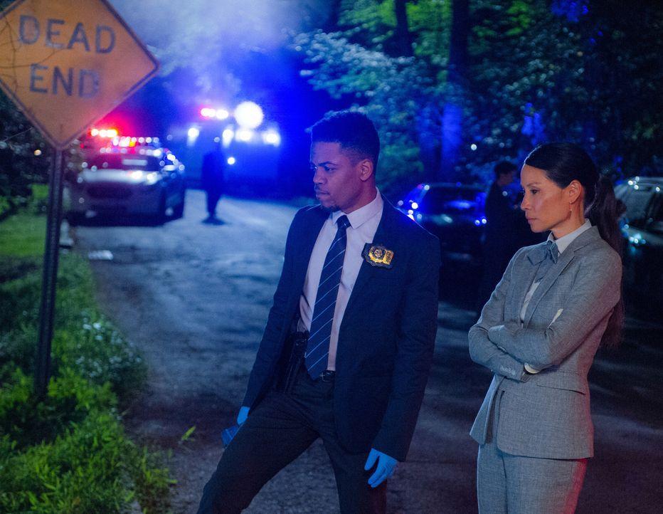 Detective Marcus Bell (Jon Michael Hill, l.) und Watson (Lucy Liu, r.) machen während der Ermittlungen einen überraschenden Fund ... - Bildquelle: Jeff Neira Jeff Neira/CBS   2017 CBS Broadcasting Inc. All Rights Reserved.