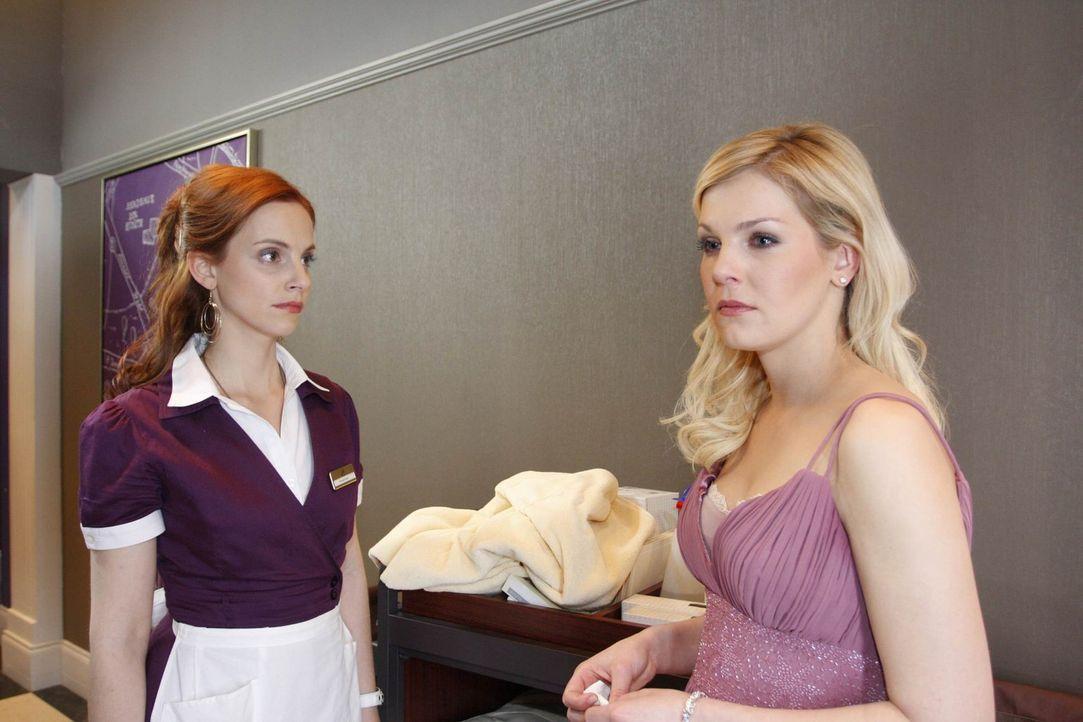 Manu (Marie Zielcke, l.) ist extrem verwirrt: Sie hat Alexandra (Ivonne Schönherr, r.) und Philip gemeinsam im Bett erwischt. Damit nicht genug: Ma... - Bildquelle: SAT.1