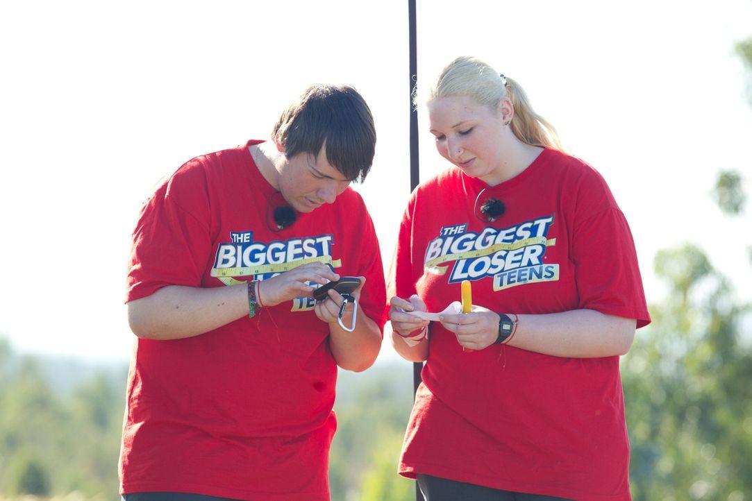 Eine Challenge jagt die nächste: Laura (r.) und Patrick (l.) beim Geocaching ... - Bildquelle: Enrique Cano SAT.1