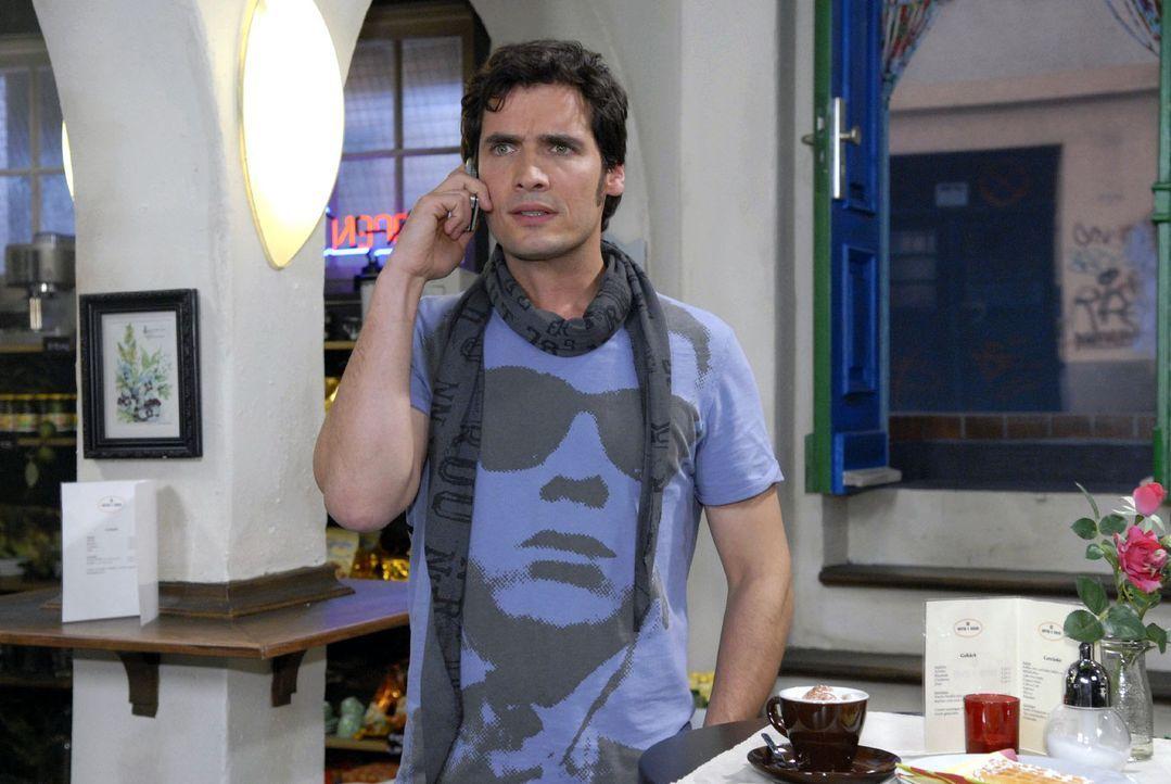 Anna bittet Alexander (Paul T. Grasshoff) am Telefon, zu ihr nach Hamburg zu kommen. - Bildquelle: Sat.1