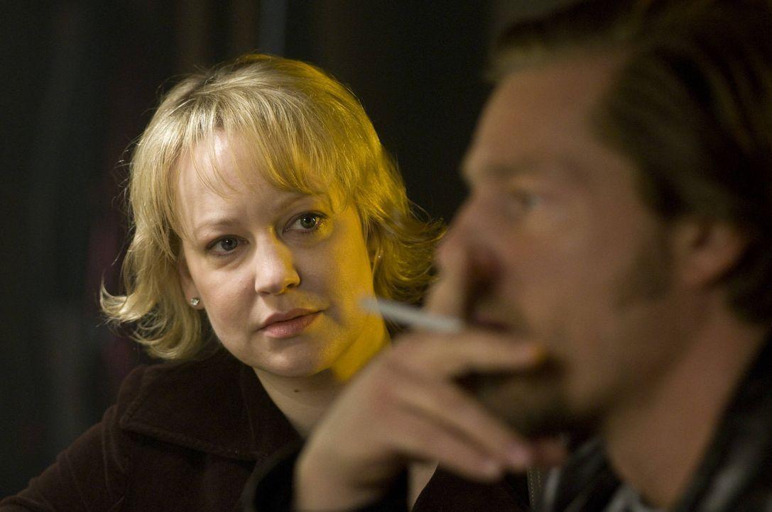 """Nach wie vor tut sich Mick (Henning Baum, r.) schwer damit hinzunehmen, dass """"seine"""" Lisa (Floriane Daniel, l.) einen anderen heiraten will ... - Bildquelle: SAT.1"""