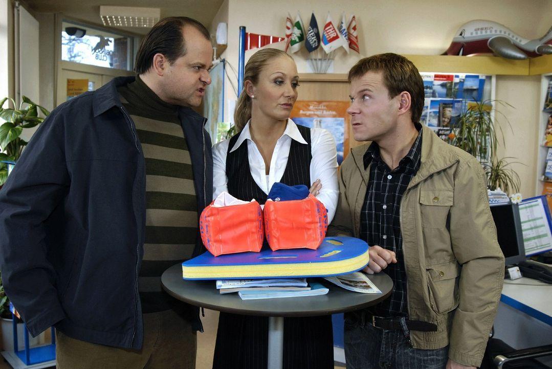 Herr Kuttner (Markus Majowski, l.) und Herr Bertram (Mathias Schlung, r.) versuchen die Angestellte Janine (Janine Kunze, M.) mit ihren exquisiten U... - Bildquelle: Max Kohr Sat.1