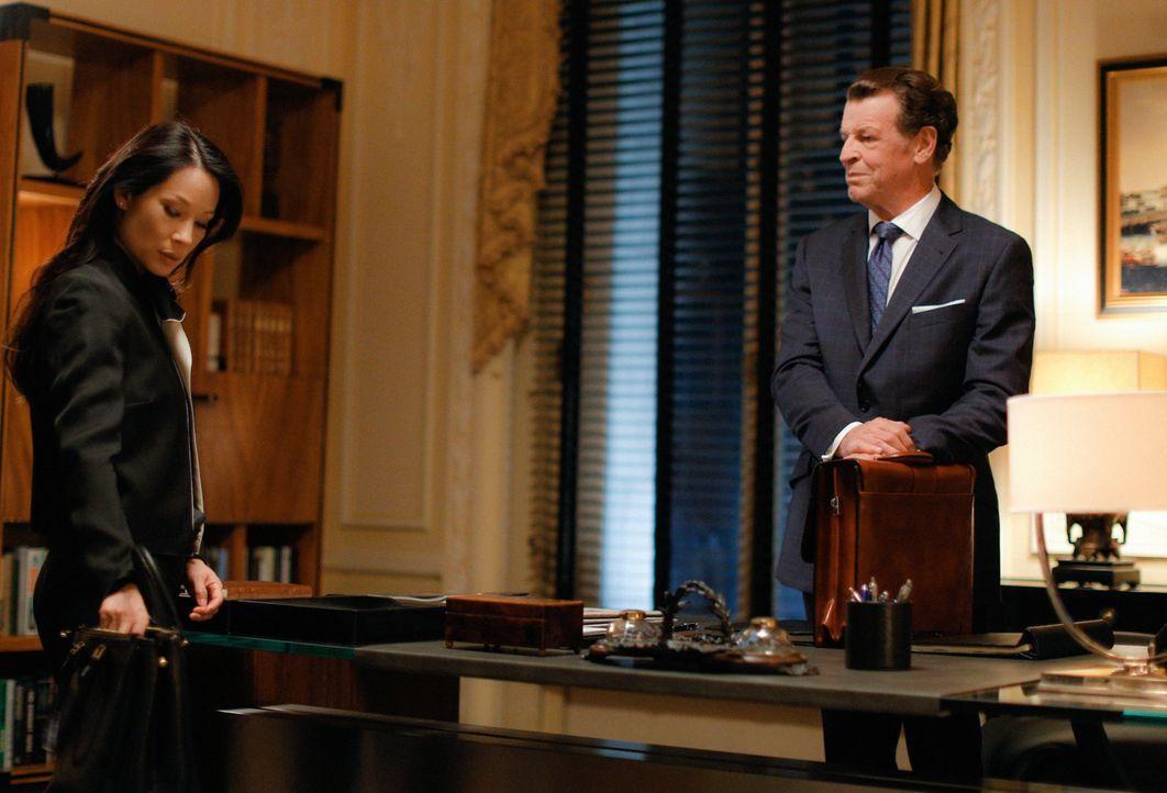 Als Morland (John Noble, r.) anbietet, seinen Einfluss zu nutzen, um Sherlock und Watson (Lucy Liu, l.) wieder beim NYPD einzusetzen, werden die bei... - Bildquelle: Tom Concordia 2015 CBS Broadcasting, Inc. All Rights Reserved
