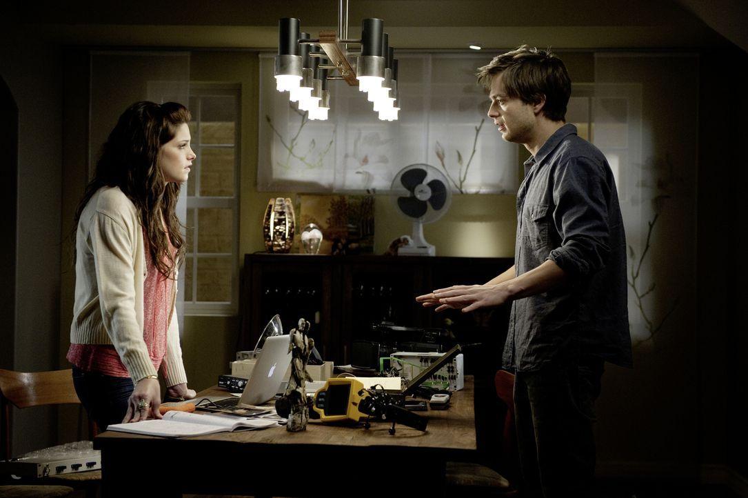 Studentin Kelly (Ashley Greene, l.) zieht mit ihrem Freund Ben (Sebastian Stan, r.) ins Haus ihrer Mutter. Schon bald werden sie von geisterhaften E... - Bildquelle: 2012 Dark Castle Holdings, LLC.