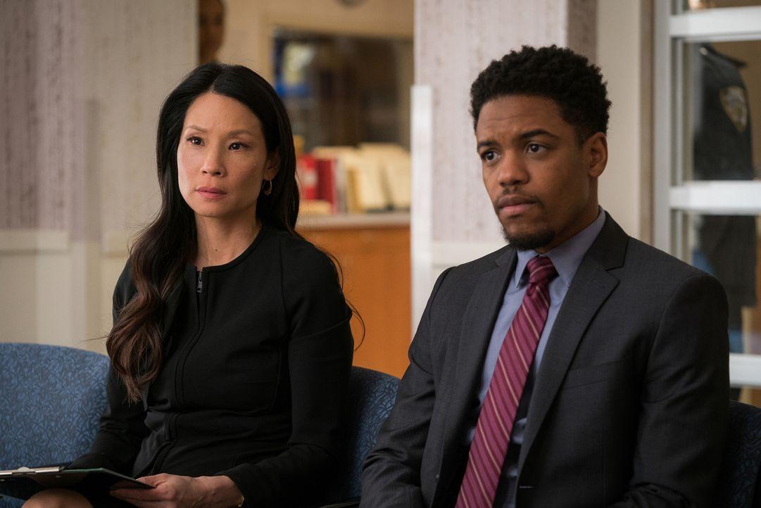 Watson (Lucy Liu, l.) ist schockiert, als sie am Tatort eines Raubüberfalls in einem der getöteten Opfer Emil Kurtz erkennt, der Holmes Vater für si... - Bildquelle: Michael Parmelee 2016 CBS Broadcasting Inc. All Rights Reserved.