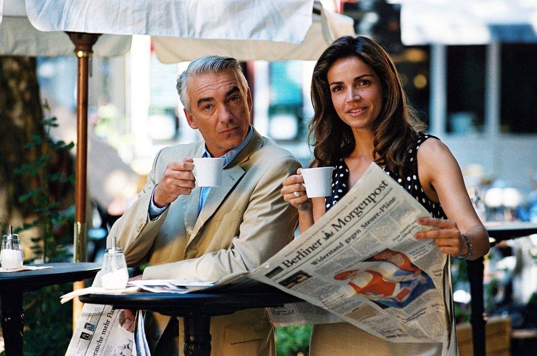 Tägliches Ritual: Felix (Christoph M. Ohrt, l.) und Sandra (Rebecca Immanuel, r.) treffen sich auf einen Cappuccino. - Bildquelle: Sat.1