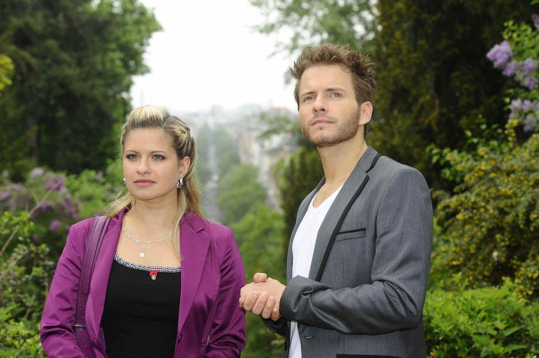 Enrique (Jacob Weigert, r.) macht Mia (Josephine Schmidt, l.) einen Heiratsantrag. - Bildquelle: SAT.1