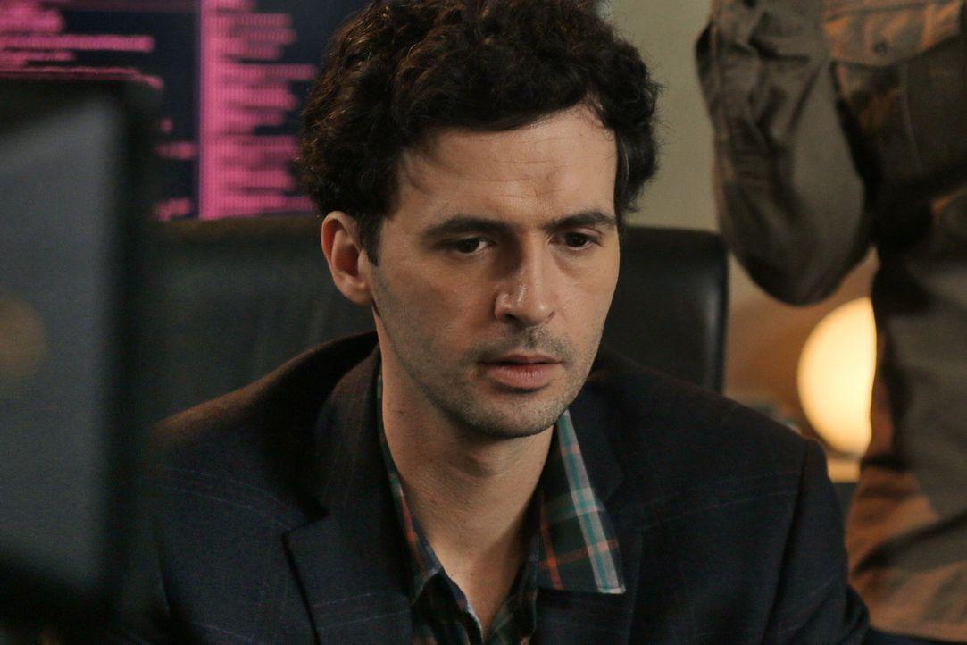 Kann Hyppolite (Raphaël Ferret) dem Team helfen einen Mörder zu finden, der möglicherweise in Verbindung zu Rochers Schwester steht? - Bildquelle: 2014 BEAUBOURG AUDIOVISUEL