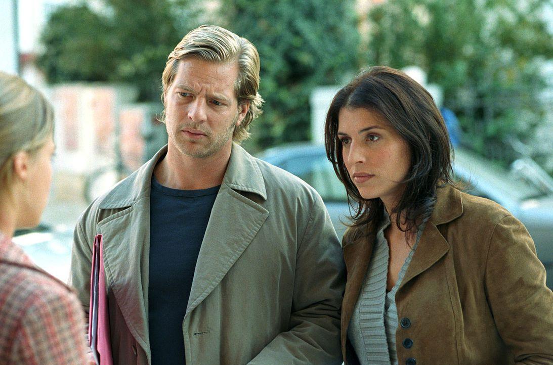 Als Nina (Elena Uhlig, M.) und Leo (Henning Baum, r.) Regine Holzapfel (Bernadette Heerwagen, l.) vernehmen, erfahren sie, dass der Ermordete ein ü... - Bildquelle: SAT.1