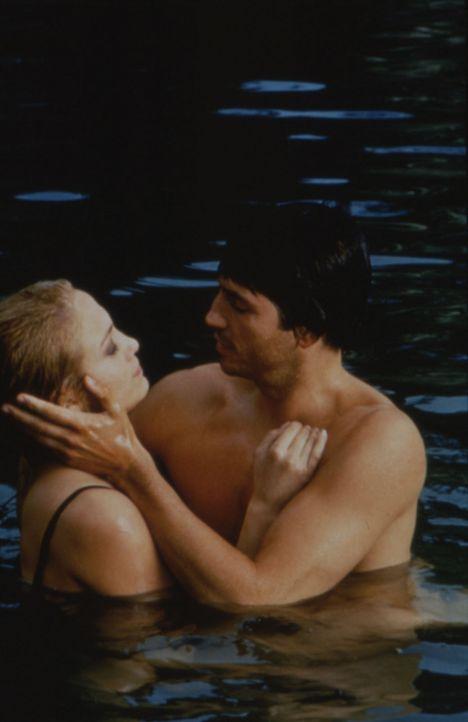 Die hartgesottene Polizistin Sharon (Jennifer Lopez, r.) fühlt sich zu dem geheimnisvollen und melancholischen Streuner Catch (James Caviezel, l.)... - Bildquelle: Warner Bros.