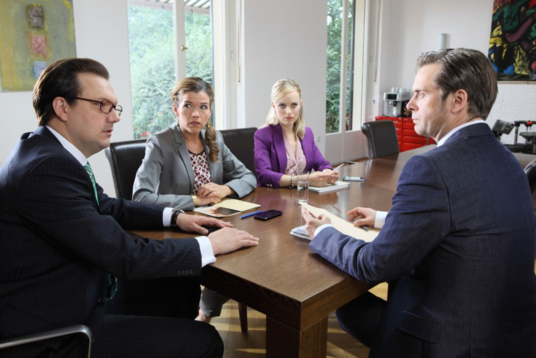 Frau Steffan (Anke Engelke, 2.v.l.) präsentiert den Kollegen Frau Lenz  (Friederike Kempter, 2.v.r.) und Herrn Kopp (Charly Hübner, l.) die Firmen... - Bildquelle: Guido Engels SAT.1