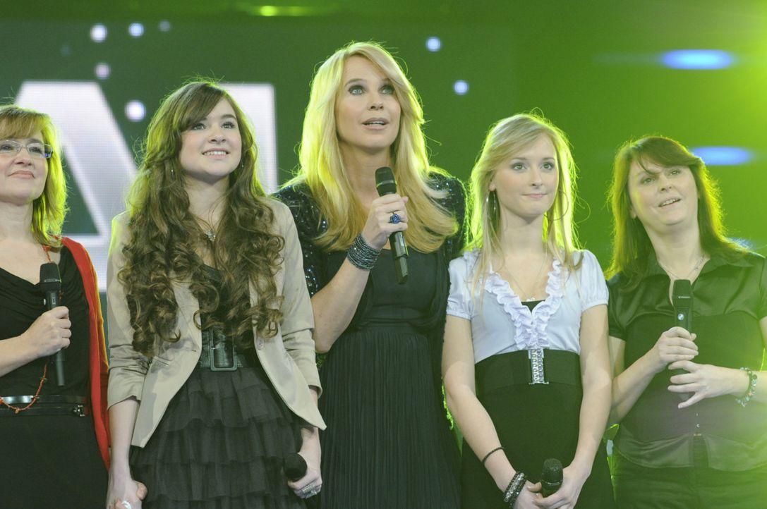 Warten auf die Entscheidung: Linda de Mol (M.), Jennifer (2.v.l.) und Bianca (2.v.r.) mit ihren Müttern ... - Bildquelle: Paul Schirnhofer SAT.1