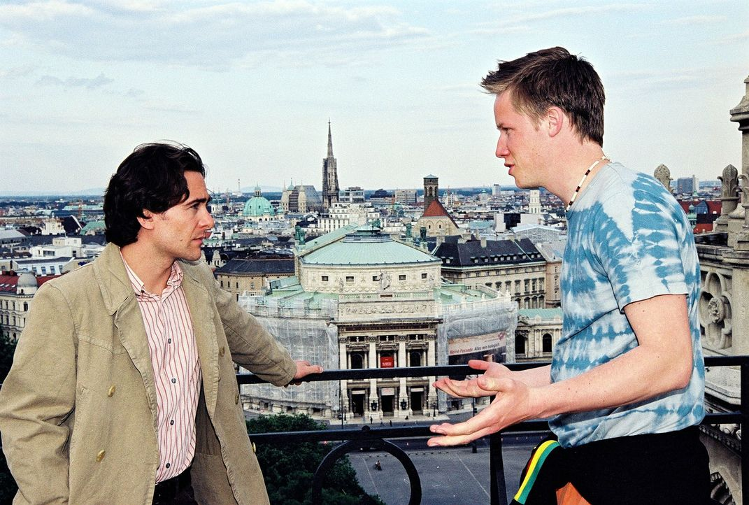 Marc (Alexander Pschill, l.) befragt Piet (Nikolaus Benda, r.) über die Freeclimber-Szene in Wien. - Bildquelle: Sat.1