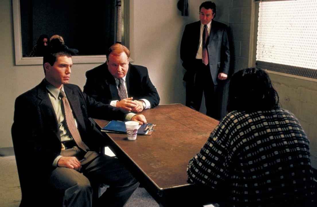 Versuchen, einen überaus komplizierten Fall zu lösen: Vincent (Robert De Niro, 2.v.r.), Reg (George Dzundza, M.) und Dave Simon (Anson Mount, l.) ..... - Bildquelle: Warner Bros.