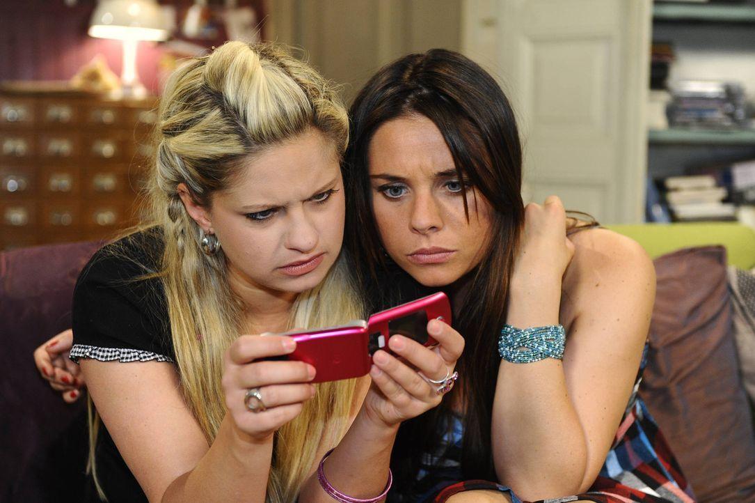 Machen auf Jessicas Handy eine schockierende Entdeckung: Mia (Josephine Schmidt, l.) und Paloma (Maja Maneiro, r.) ... - Bildquelle: SAT.1