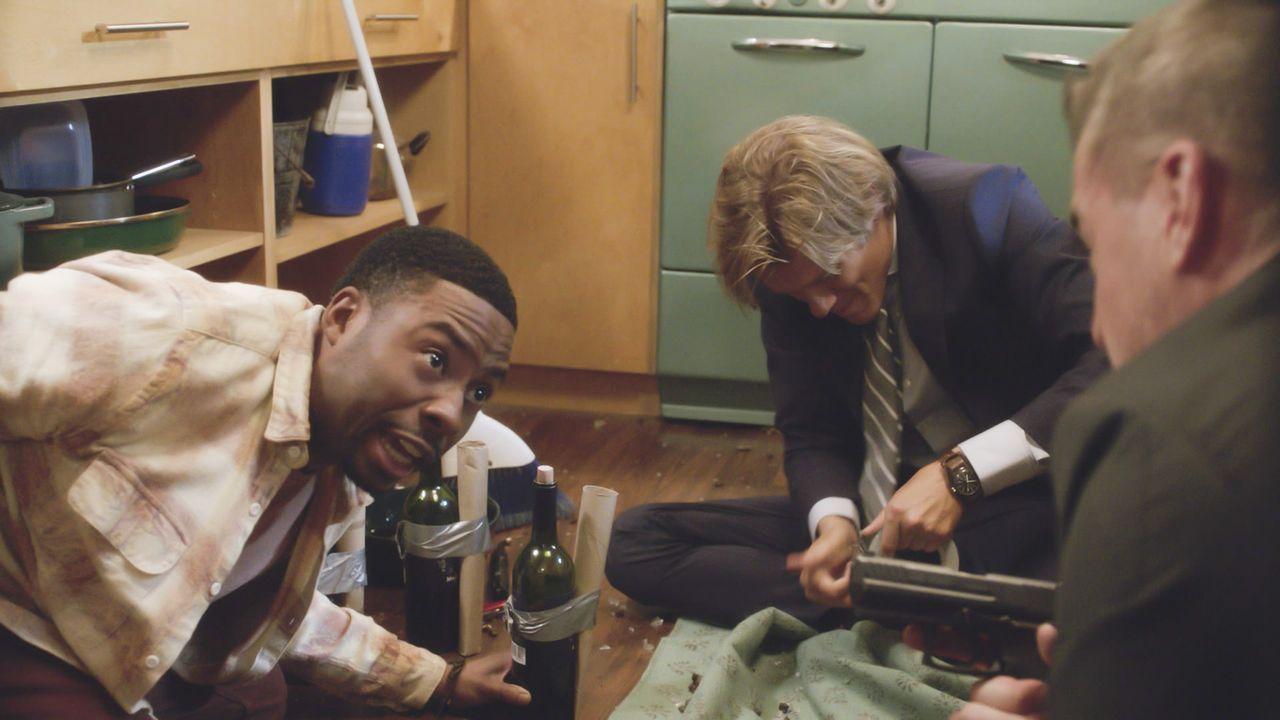 Als MacGyver (Lucas Till, M.) auf den Auftragskiller Murdoc trifft, der ihn ermorden soll, muss er sich und seinen Kumpel Bozer (Justin Hires, r.) v... - Bildquelle: 2016 CBS Broadcasting, Inc. All Rights Reserved