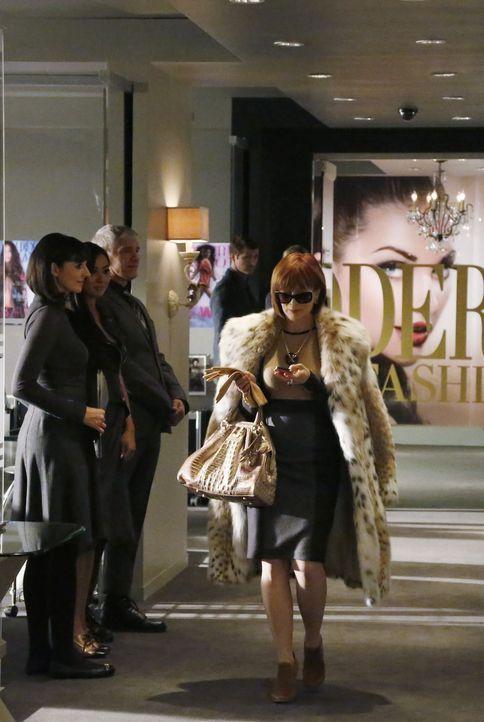 Als die Assistentin von Matilda King (Frances Fisher, r.), Herausgeberin einer Modezeitschrift, ermordet wird, machen sich Beckett und Castle auf di... - Bildquelle: 2013 American Broadcasting Companies, Inc. All rights reserved.