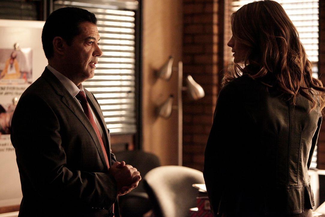 Müssen einen Drogenring hochgehen lassen: Beckett (Stana Katic, r.) und Captain Fowler (Carlos Gomez, l.) ... - Bildquelle: 2013 American Broadcasting Companies, Inc. All rights reserved.
