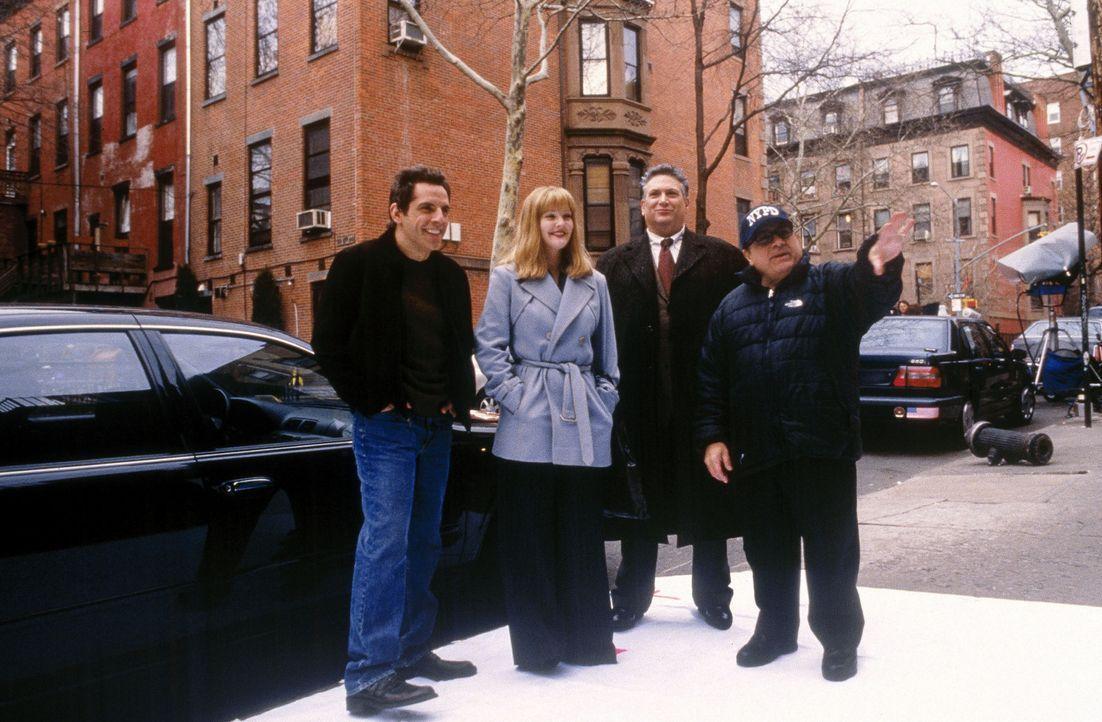 Schon bald muss das junge Paar, der Schriftsteller Alex (Ben Stiller, l.) und die Graphikerin Nancy (Drew Barrymore, 2.v.l.), vom Erzähler (Danny D... - Bildquelle: Miramax Films.  All Rights Reserved.