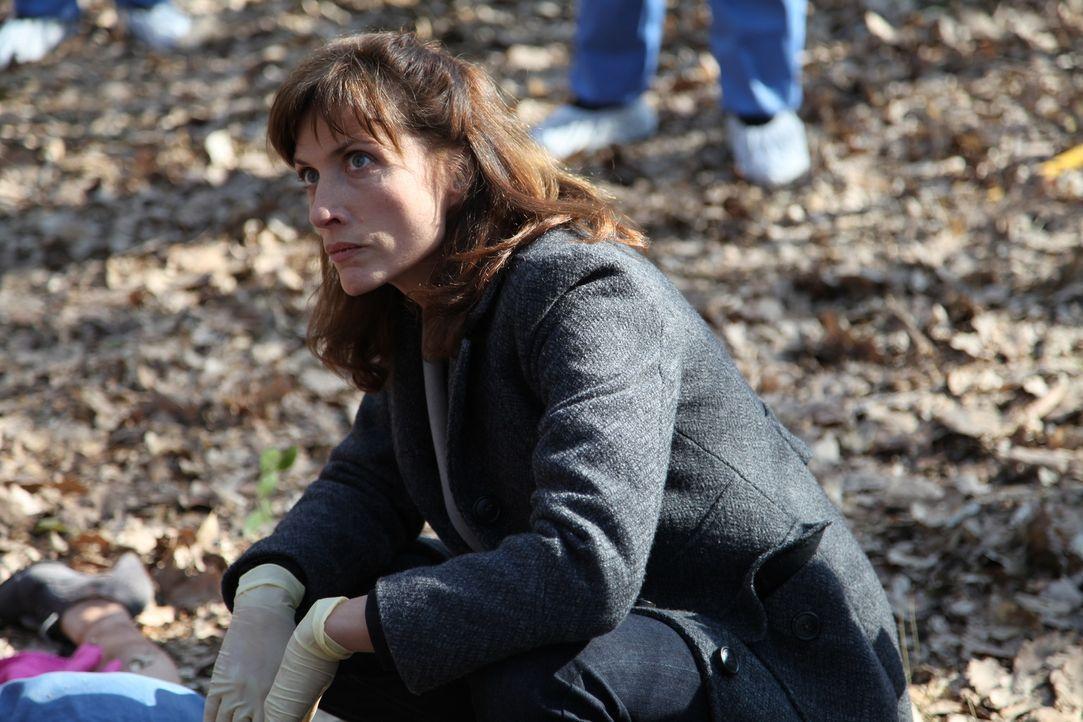 Da die Leiche keine Spuren von Gewalteinwirkungen aufweist, kann die Gerichtsmedizinerin (Valérie Dashwood) nur vermuten, wie die junge Frau gestorb... - Bildquelle: Stanislas Marsil 2011 BEAUBOURG AUDIOVISUEL