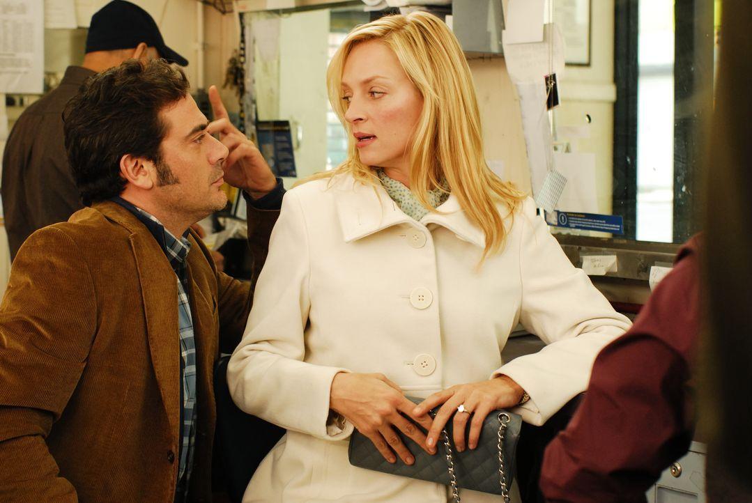 Als Emma Lloyd (Uma Thurman, r.) einer Anruferin dazu rät, ihre Hochzeit kurz vor der Trauung platzen zu lassen, bekommt sie es mit deren frustrier... - Bildquelle: 2008 Accidental Husband Intermediary, Inc. All Rights Reserved.