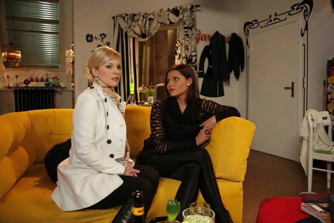 Alexandra (Ivonne Schönherr, l.) erzählt Chris (Sophia Thomalla, r.), dass sie noch nicht bereit ist, Emily zu verzeihen. - Bildquelle: SAT.1