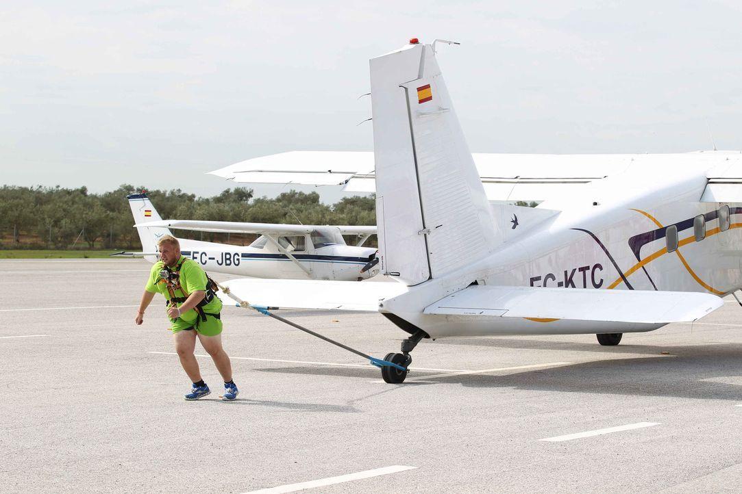 Flugzeuge ziehen lautet die neue Herausforderung für Paride und die anderen Kandidaten ... - Bildquelle: Enrique Cano SAT.1
