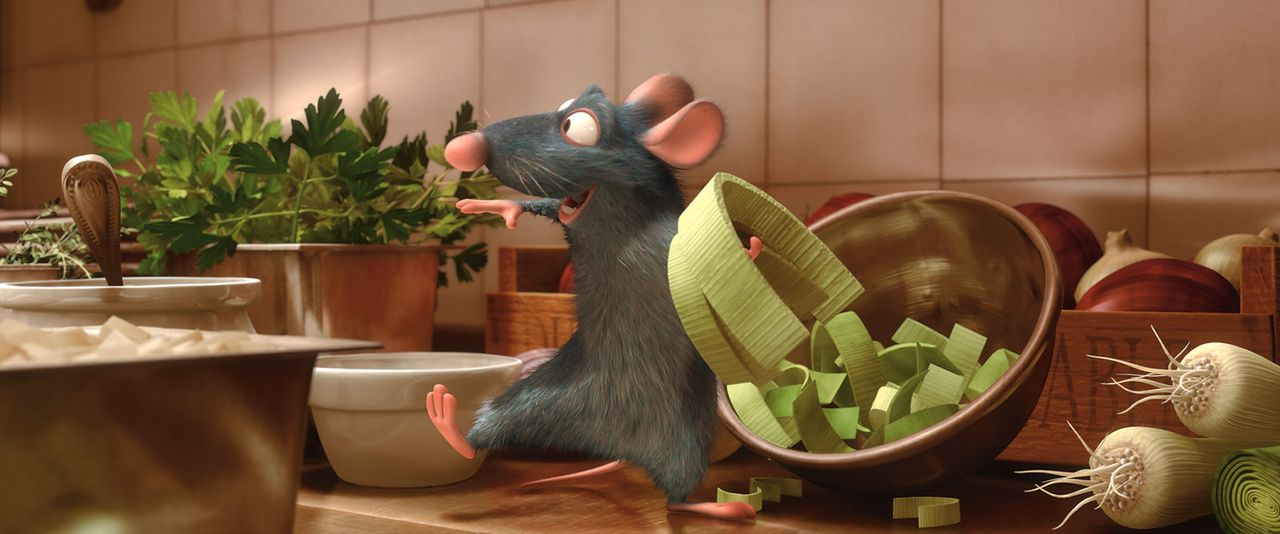 Nachdem Remy beobachtet hat, wie Linguini eine Suppe mit Wasser und anderen Zutaten stümperhaft gestreckt hat, rettet Remy die Suppe heimlich ... - Bildquelle: Disney/Pixar.  All rights reserved