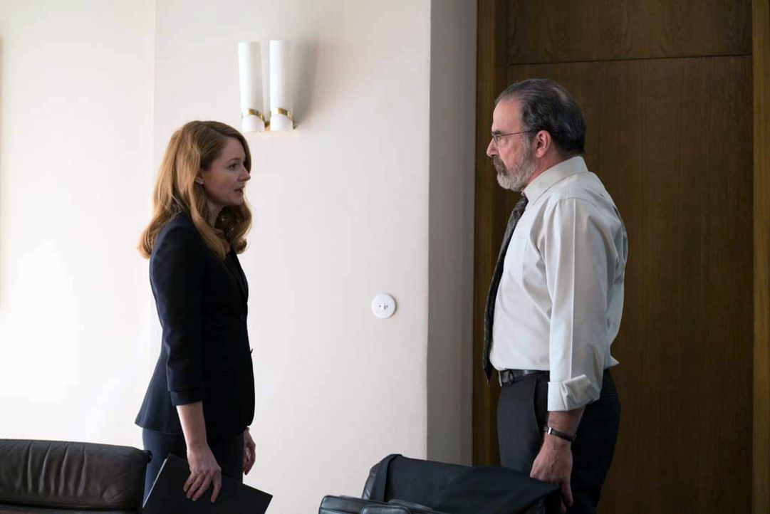 Allison (Miranda Otto, l.) und Saul (Mandy Patinkin, r.) geraten wegen der weiteren Strategie aneinander ... - Bildquelle: Stephan Rabold 2015 Showtime Networks, Inc., a CBS Company. All rights reserved.