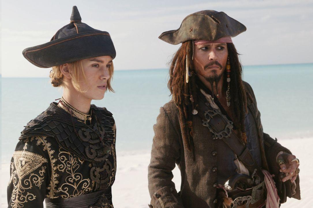 Der gerade aus dem Totenreich entstiegene Jack Sparrow (Johnny Depp, r.) macht sofort neue Pläne. Er begibt sich mit Captain Barbossa, der schönen... - Bildquelle: Disney Enterprises, Inc.  All rights reserved