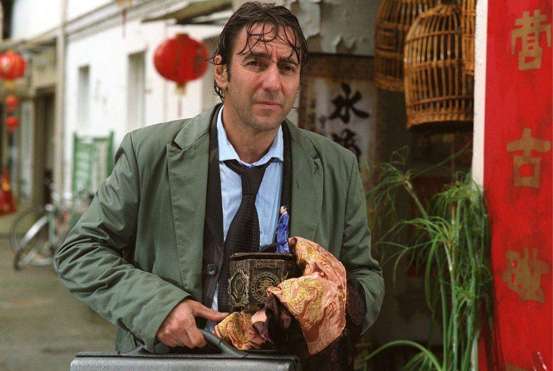 Auf Geschäftsreise lässt sich Thomas Herzke (Dieter Landuris) in Peking eine sagenumwobene Spieluhr andrehen. - Bildquelle: Sat.1