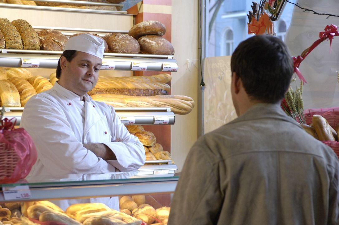 Bei Bäcker Degenhardt (Markus Majowski, l.) darf nicht jeder einkaufen. - Bildquelle: Sat.1
