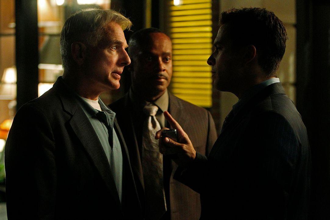 Die tapfere Stunde: Gibbs (Mark Harmon, l.), Vance (Rocky Carroll, M.) und Alejandro Rivera (Marco Sanchez, r.) ... - Bildquelle: CBS Television