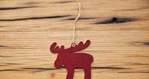 Ein einfacher Elch aus Papier oder Filz macht sich Weihnachten gut am Christb...