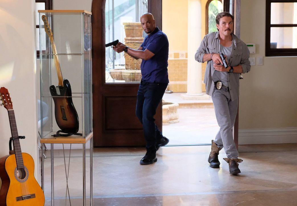 Nachdem Riggs (Clayne Crawford, r.) und Murtaugh (Damon Wayans, l.) bei einem Telefonat mit Popstar Shaye mitbekommen, dass sie bedroht wird und in... - Bildquelle: Warner Brothers