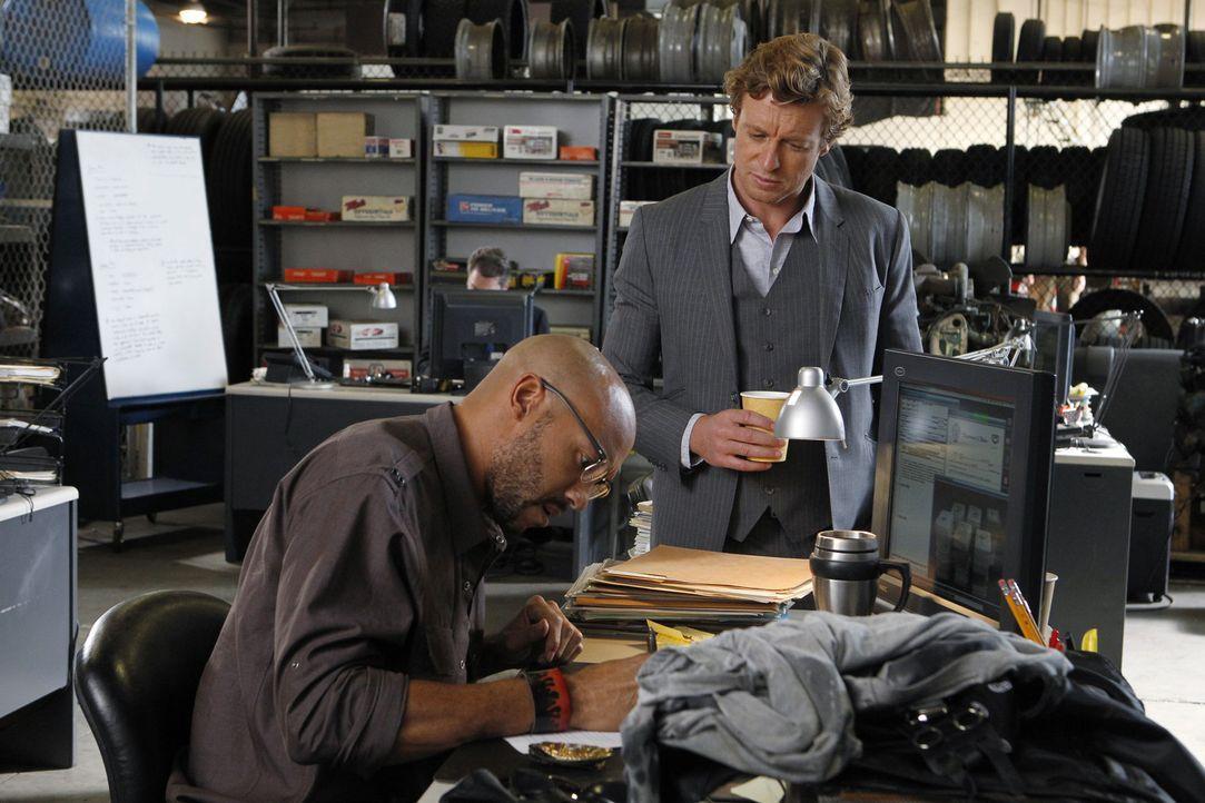 Kann Trey Holcombe (Stephen Bishop, l.)Patrick (Simon Baker, r.) bei der Aufklärung eines neuen Falles behilflich sein? - Bildquelle: Warner Bros. Television