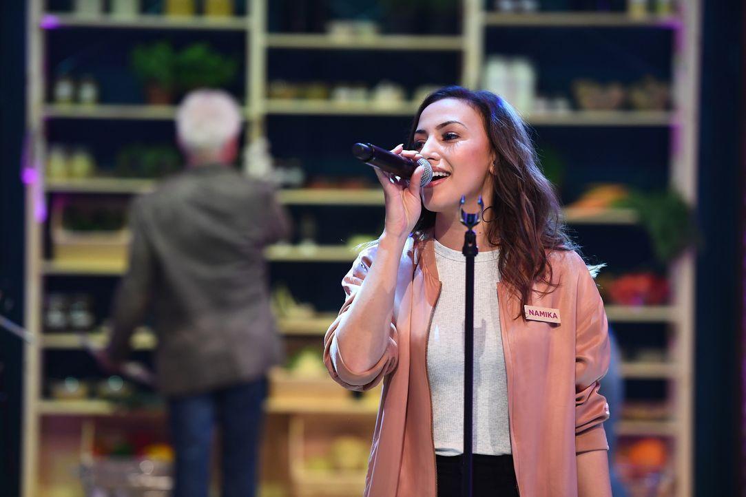Sängerin Namika steuert ihren Beitrag zum Musikunterricht bei. - Bildquelle: Willi Weber SAT.1/Willi Weber
